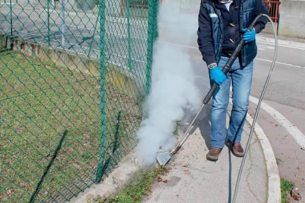 Onkruid verwijderen met stoomreiniger op diesel